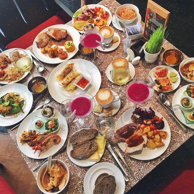 Market 39 - InterContinental Saigon: Nhà hàng Market 39 tại tầng trệt của khách sạn 5 sao InterContinental Saigon là một trong những điểm đến sang chảnh lý tưởng được nhiều thực khách sành ăn ở TP.HCM chọn check-in. Tiệc buffet của Market 39 có đủ các món hải sản tươi sống, đồ nướng BBQ và các loại thịt nhập khẩu chất lượng, đủ sức thỏa lòng mọi tâm hồn ăn uống. Ảnh: @juliecamille.