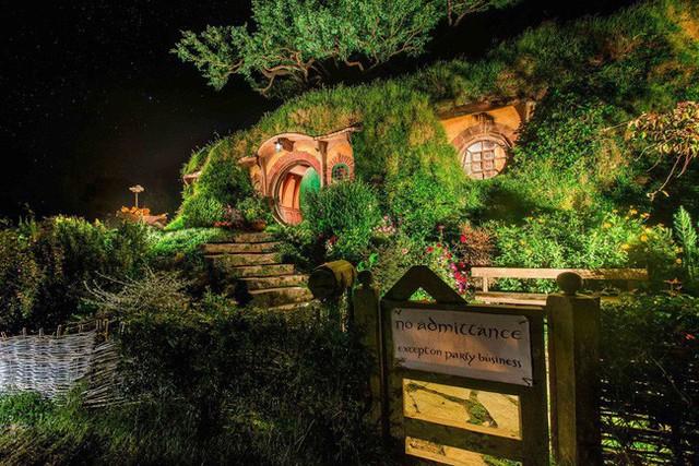 Vào ban đêm những ngôi nhà Hobbit này trông vô cùng lung linh và đẹp mắt.