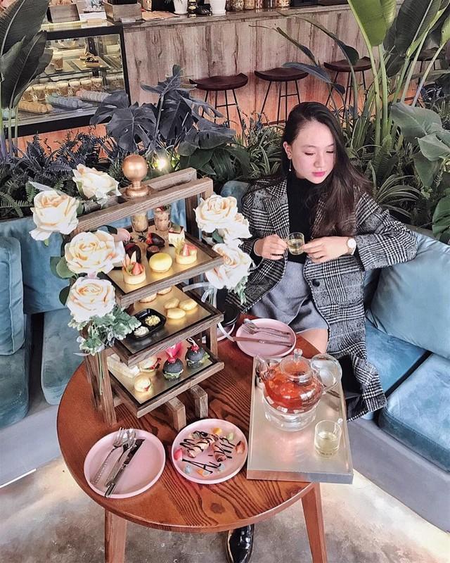 La Fleur D'amour: Quán trà bánh mang phong cách hiện đại này là một trong những điểm check-in được hội hot girl , các food blogger yêu thích. La Fleur D'amour gây ấn tượng bởi phong cách nội thất bắt mắt với tông màu gỗ chủ đạo. Khu ban công là góc sống ảo đậm chất tiểu thư với những bông hồng leo xinh xắn. Tiệc trà tại quán được phục vụ trong 2 ngày cuối tuần. Vào các ngày khác, bạn có thể gọi bánh ngọt hay đồ uống riêng lẻ. Ảnh: Emilynguyen95, teawithcharlie.