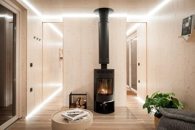 Một lò sưởi đặt ở giữa cabin nếu người sử dụng cần dùng tới để làm ấm không gian sống.
