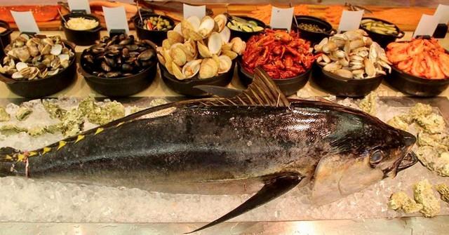 Bữa trưa chủ nhật với 6 quầy bếp mở mang đến những món ăn thượng hạng như bào ngư, tôm hùm, gan ngỗng Pháp, cá ngừ nguyên con… sẽ làm mọi thực khách hài lòng. Ảnh: @jw_cafehanoi.