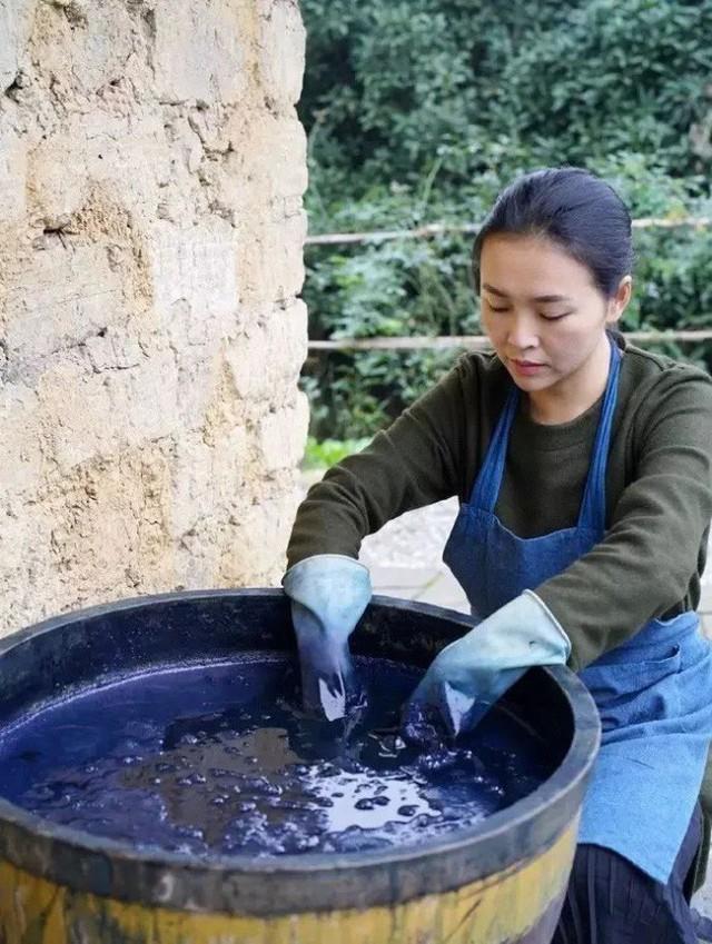 Quá trình nhuộm vải.