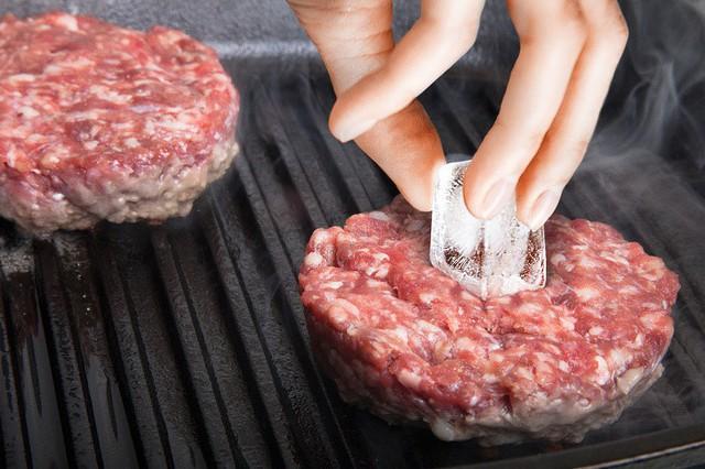9. Bí quyết nướng thịt: Những tảng thịt (patty) nướng trên chảo thường bị khô, để giữ cho thịt có độ ẩm và ngon bạn hãy đặt một viên đá nhỏ vào chính giữa khi nướng chúng.