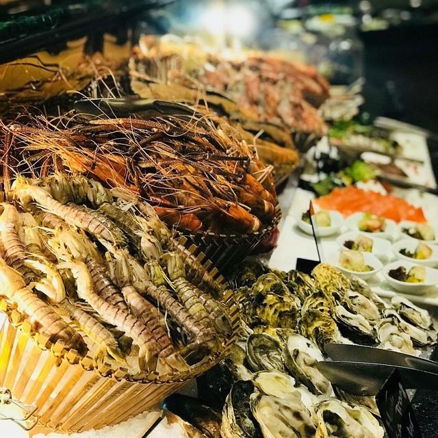 Đồ ăn ở nhà hàng cao cấp được nấu chủ yếu theo phong cách phương Tây cùng đội ngũ nhân viên được đào tạo chuyên nghiệp khiến thực khách đã một lần ghé qua đều muốn quay lại. Ảnh: @ovendorsheraton.