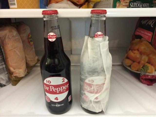 10. Làm lạnh đồ uống nhanh: Bí quyết để làm lạnh đồ uống như bia rượu, nước ngọt nhanh chóng trong chưa đầy 15 phút là bạn hãy bọc đồ uống trong một chiếc khăn giấy ẩm và cho chúng vào tủ lạnh.