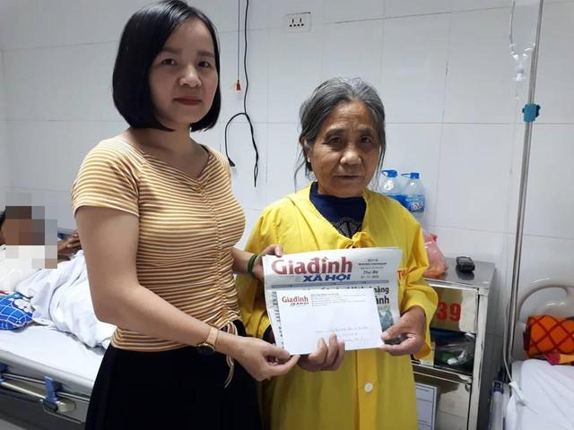 PV Phương Thuận – đại diện chương trình Vòng tay nhân ái trao tiền bạn đọc hảo tâm hỗ trợ cho mẹ anh Hiền