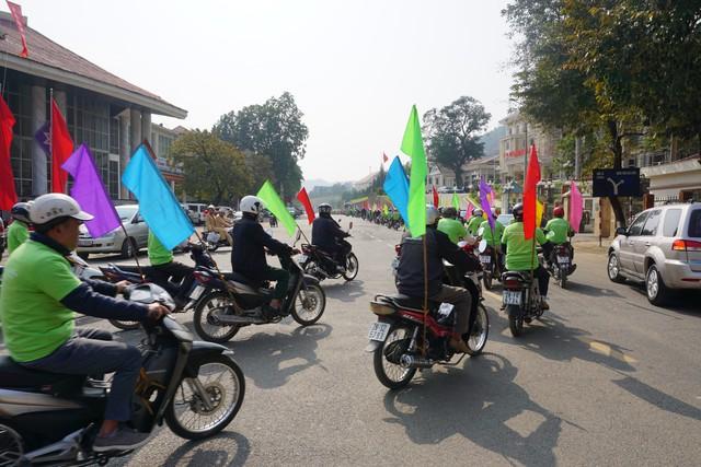 Đoàn cổ động, diễu hành đi về nhiều trục đường khác nhau để tăng sự lan tỏa các thông điệp. Ảnh: N.Mai