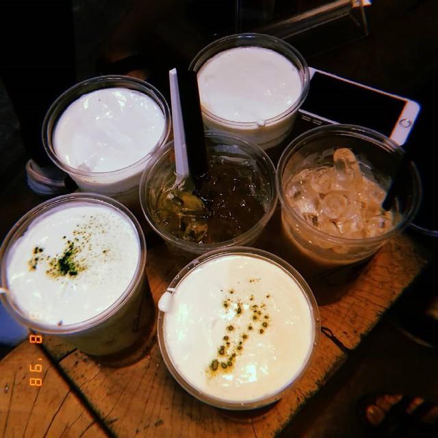 """Đen Đá: Hệ thống quán cà phê Đen Đá có 2 chi nhánh đặc biệt ở quận 1 và quận Phú Nhuận mở bán 24/7. Giới trẻ Sài Gòn thường tìm đến đây tụ tập trò chuyện hoặc ngồi làm việc thâu đêm. Đen Đá có cà phê, trà sữa, bánh tráng miệng ngon lành phục vụ thực khách một đêm no nê. Ảnh: vivuudec, myduyen29_01.            Thức Coffee: Quán cà phê được hội """"cú đêm"""" Sài Gòn biết đến với biệt danh """"nơi không bao giờ đóng cửa"""". Hiện, Thức đã có 7 chi nhánh, phục vụ những thực khách đêm ở Sài Gòn. Nếu một đêm bỗng muốn la cà cùng bạn bè hoặc tìm một chốn ấm cúng để làm việc, nhìn ngắm thành phố sáng đèn, Thức Coffee là lựa chọn tuyệt vời cho bạn. Ảnh: tark, alvinpang.      Three O'clock: Các tín đồ trà sữa hẳn đã quen mặt với Three O'clock. Không chỉ có không gian đẹp, các món bánh, trà sữa ở đây đều rất ngon và giá cả mềm. Hơn nữa, Three O'clock là một trong số ít các quán trà sữa mở đến tận sáng. Cửa hàng hiện có tới 5 chi nhánh nằm rải rác khắp thành phố, trở thành địa điểm lý tưởng để các bạn sinh viên họp nhóm và học bài thâu đêm. Ảnh: threeoclockvn.             Chợ Tân Định: Khu vực quanh chợ Tân Định, đường Hai Bà Trưng, là một lựa chọn tuyệt vời dành cho những tín đồ ăn đêm TP.HCM. Dù bên trong chợ đã đóng cửa, khu vực lề đường đối diện chợ và những khu vực phía ngoài chợ vẫn tấp nập những hàng quán bán rong đến hơn nửa đêm. Có rất nhiều món để bạn lựa chọn, từ há cảo, xôi gà, cơm tấm, cháo sườn đến các loại chè thơm béo và mát rượi. Đến với khu chợ Tân Định, chỉ cần vài chiếc ghế đẩu và gọi món, bạn đã có thể tận hưởng bầu không khí về đêm nổi tiếng của thành phố náo nhiệt mà vẫn lưu giữ không gian sâu lắng, trầm mặc. Ảnh: kscafe884, littletiger_rtw.             Các cửa hàng tiện lợi: Các cửa hàng tiện lợi mở 24/7 có mặt rất nhiều ở các thành phố lớn như Sài Gòn. Cửa hàng tiện lợi phần lớn đều có chỗ ngồi sạch sẽ và đủ thứ bạn cần. Hơn nữa, không gian vắng lặng buổi đêm rất phù hợp nếu bạn đang muốn ghé chân nghỉ ngơi, ăn vặt và tận hưởng sự yên tĩnh. Ảnh: nlb.tram.139, josh"""