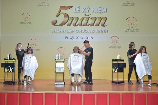 Các học viên trổ tay nghề tại Lễ kỷ niệm 5 năm thành lập chương trình tại Hà Nội hôm 28/11 vừa qua.