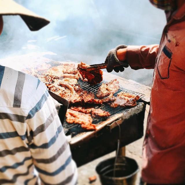 Quán cơm tấm đêm: Cơm tấm rất phổ biến với người Sài Gòn. Khi trời tối và gió thổi hơi se lạnh, khó ai cưỡng nỗi việc tấp lại bên đường và thưởng thức một dĩa cơm tấm nóng hổi, đậm đà và có chan chút mỡ hành béo ngậy. TP.HCM có nhiều quán cơm tấm mở từ sáng sớm để phục vụ bữa sáng cho người đi làm, đi học, còn những quán mở về đêm dành cho người dân lao động đi làm khuya, người tan ca đêm hoặc ai đói bụng ghé ngang. Ảnh: daylalinh, ccconcierge, youvivu, miiiphan.