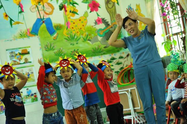 Dù mắc bệnh ung thư tuyến giáp nhưng ngày ngày cô Nhung vẫn đến trường, bám lớp để ươm những mầm xanh tương lai.