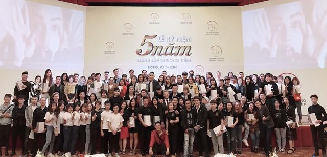 Các học viên chụp ảnh lưu niệm tại Lễ kỷ niệm 5 năm thành lập chương trình tại Hà Nội cùng với đại diện Hội Liên Hiệp Phụ Nữ Hà Nội và Tập đoàn L'Oréal tại Việt Nam.