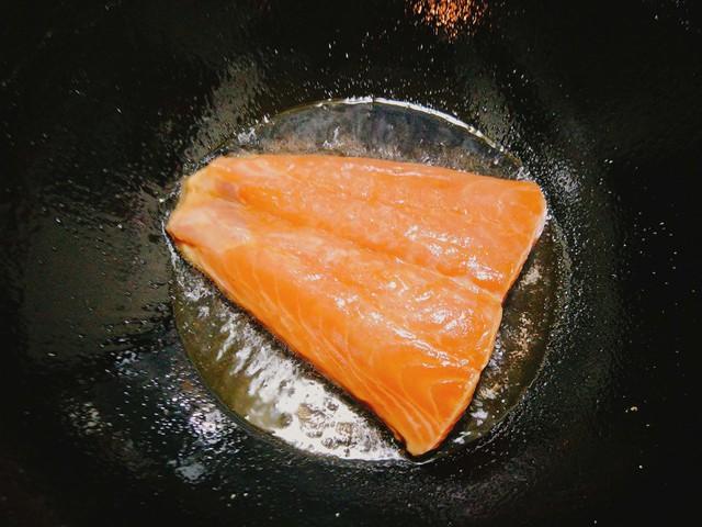 Bạn cho bơ vào chảo đun đến khi bơ tan chảy, rồi cho miếng cá hồi vào áp chảo tới khi 2 mặt miếng cá vừa chín là cho ngay ra đĩa. Bạn lưu ý cá hồi không nên chiên quá lâu sẽ làm thịt bị cứng, món ăn sẽ mất ngon.
