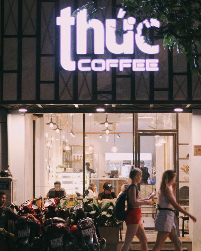 """Thức Coffee: Quán cà phê được hội """"cú đêm"""" Sài Gòn biết đến với biệt danh """"nơi không bao giờ đóng cửa"""". Hiện, Thức đã có 7 chi nhánh, phục vụ những thực khách đêm ở Sài Gòn. Nếu một đêm bỗng muốn la cà cùng bạn bè hoặc tìm một chốn ấm cúng để làm việc, nhìn ngắm thành phố sáng đèn, Thức Coffee là lựa chọn tuyệt vời cho bạn. Ảnh: tark, alvinpang."""
