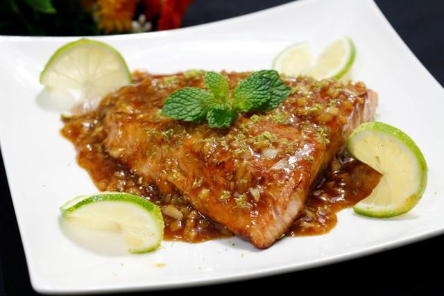 Trong khi đó bạn hòa tan bột bắp với nước sau đó chế vào nước sốt, đun sôi. Lúc này nước sốt sẽ hơi đặc, thêm rượu trắng và khuấy đều là tắt bếp, bạn có thể nếm lại cho vừa ăn. Sau khi hoàn thiện, bạn rưới toàn bộ phần nước sốt lên miếng cá hồi, rắc thêm vụn vỏ chanh lên trên là món ăn đã hoàn thành.