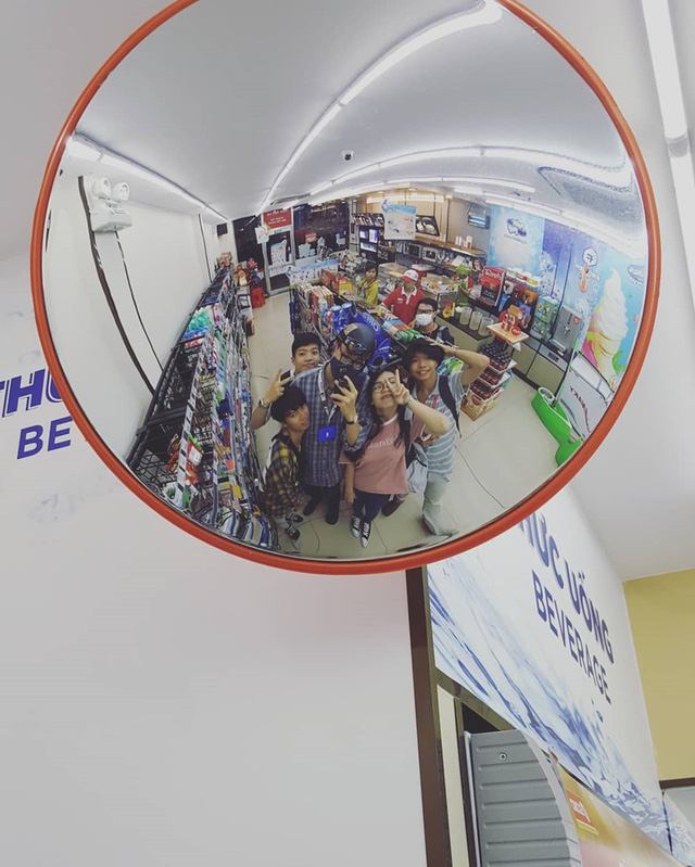 Các cửa hàng tiện lợi: Các cửa hàng tiện lợi mở 24/7 có mặt rất nhiều ở các thành phố lớn như Sài Gòn. Cửa hàng tiện lợi phần lớn đều có chỗ ngồi sạch sẽ và đủ thứ bạn cần. Hơn nữa, không gian vắng lặng buổi đêm rất phù hợp nếu bạn đang muốn ghé chân nghỉ ngơi, ăn vặt và tận hưởng sự yên tĩnh. Ảnh: nlb.tram.139, joshuaxbak.