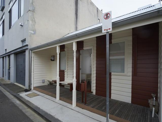 Ngôi nhà đặc biệt có diện tích 77 m2, nằm ở Melbourne. Lúc đầu, gia chủ rất muốn cải tạo toàn bộ nhà nhưng chính quyền địa phương không đồng ý, vì nó được coi là một di sản, với phần mặt tiền phía Nam mang kiến trúc nông thôn cũ đặc trưng Australia.