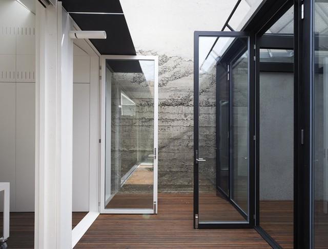 Phía bên trong được chia rõ ràng thành hai không gian, nửa phía trước là khu vực nhà cũ, phía sau là phần nhà mới đã được cải tạo. Tuy vậy, hai bên vẫn giao thoa với nhau nhờ phần hành lang ở giữa, có thể nhìn thông nhau nhờ hệ thống cửa kính trong suốt