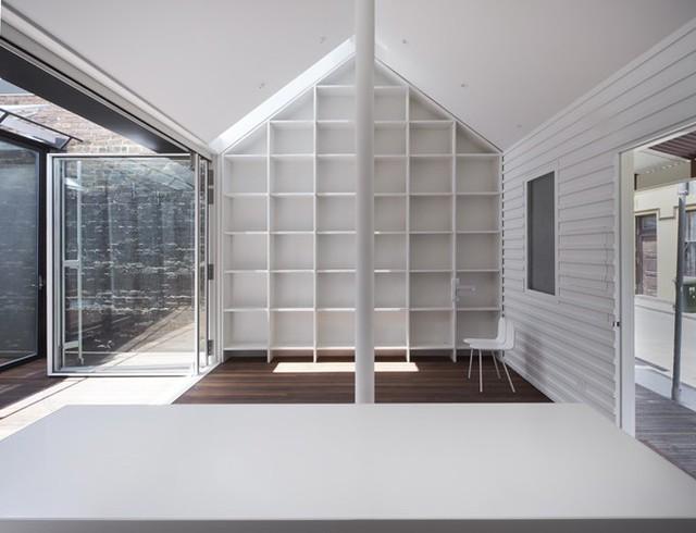 Bên trong phần nhà cũ, KTS chỉ sơn lại nội thất màu trắng, không thay đổi kết cấu.