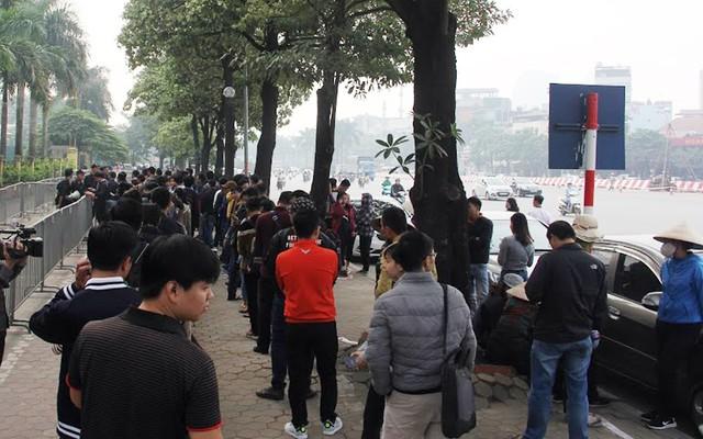 Hàng trăm người xếp hàng dài chờ đến giờ nhận vé theo dõi trận bán kết lượt về tại SVĐ Mỹ Đình hồi 19h30 ngày 6/12.