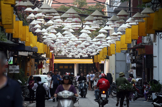 """Với chủ đề """"Hương sắc Cố Đô"""" đã khiến tuyến phố trở nên lộng lẫy mang đặc trưng của xứ Huế mộng mơ."""