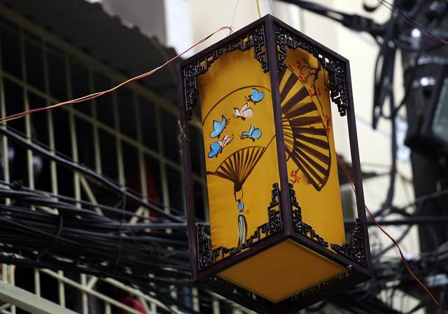Đèn lồng với nhiều kiểu dáng được treo dọc hai bên lề đường.