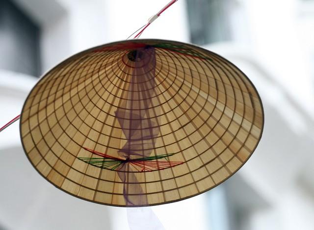 Những chiếc nón lá bay bay trong gió giữa phố cổ của Thủ đô khiến ai cũng xuyến xao, rung động.