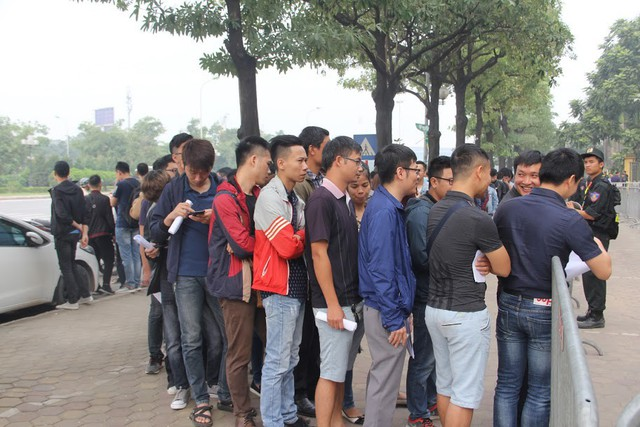 Lực lượng an ninh kiểm soát trước khi người hâm mộ tiến vào các bàn phát vé.