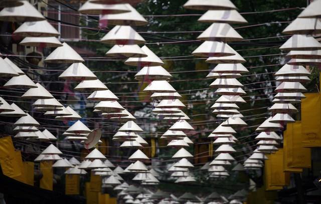 Nón lá được xem như một vật dụng mang đậm chất truyền thống, gần gũi với người dân Việt Nam từ xa xưa, nay trở thành vật trang trí bắt mắt.