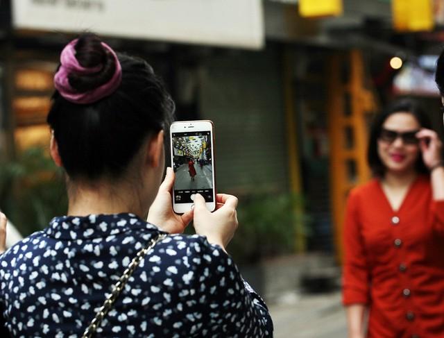 Chỉ cần những chiếc smartphone là có thể cho những bức ảnh ưng ý với con phố lộng lẫy.