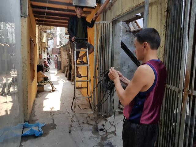 Sau nhiều tháng ngày bị cháy người dân bắt đầu sửa sang lại nhà cửa. Ảnh: ĐL.