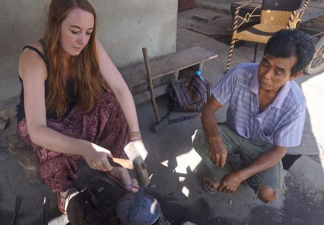 Du khách học làm dao cùng người dân ở làng Đa Sỹ (Hà Nội).