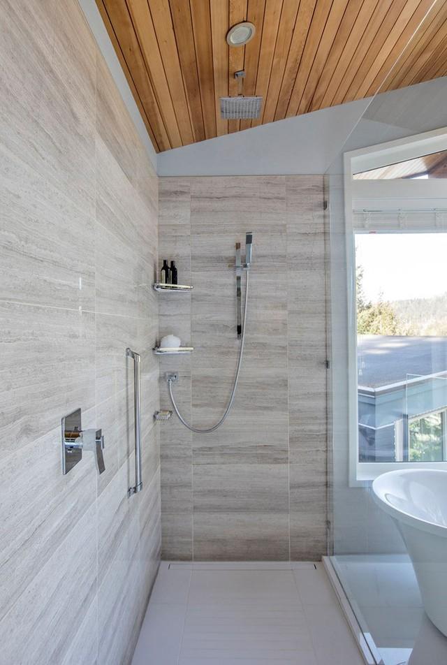 Vòi hoa sen được lắp riêng, ngăn cách với bồn tắm bởi một tấm kính.