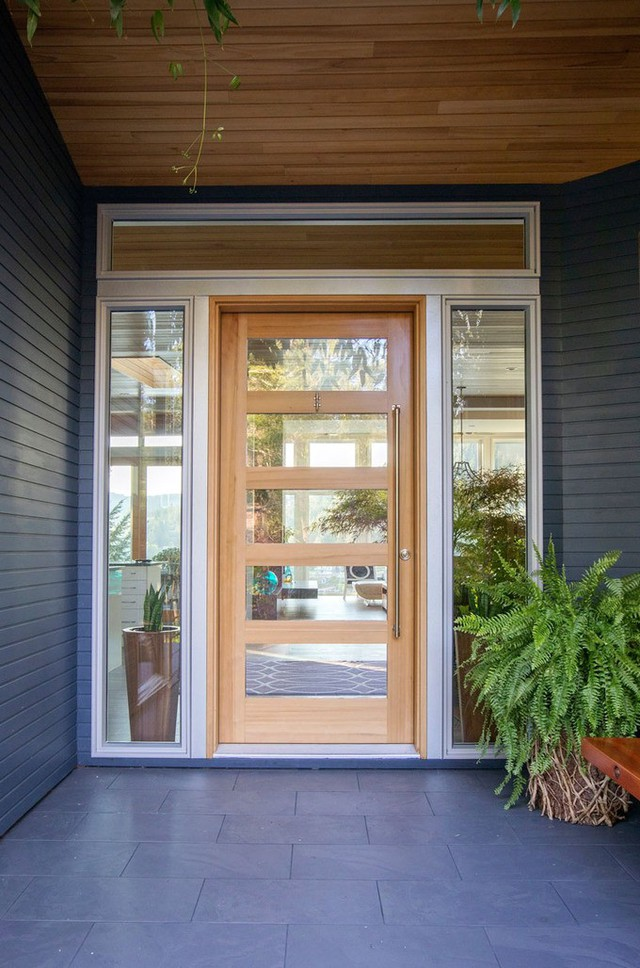 Khi ghé thăm nơi này, các vị khách sẽ được chào đón bởi một cánh cửa gỗ lớn gắn kính trong suốt.
