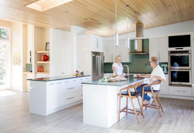 Bếp và bàn ăn được bố trí ngay giữa không gian sinh hoạt chính, như một hòn đảo nhỏ.