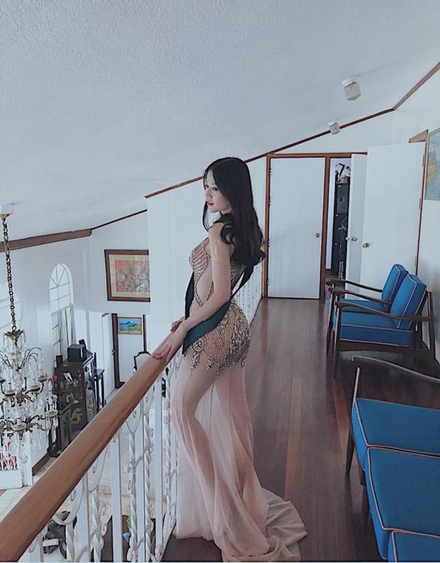 Có cá tính và hiện đại, Hoa hậu Trái đất 2018 không ngại chọn những trang phục khoe dáng gợi cảm, với chất liệu xuyên thấu hay kiểu dáng cut-out táo bạo.