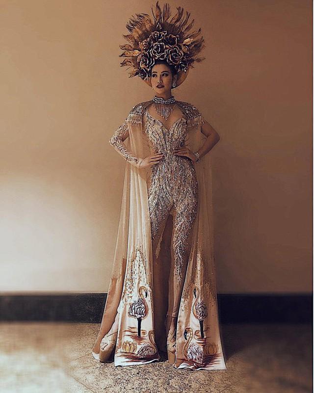 Một điểm khiến Phương Khánh được đánh giá cao là lựa chọn trang phục của cô luôn chỉn chu, không an toàn mà có phá cách và khoe được những nét đẹp vốn có.