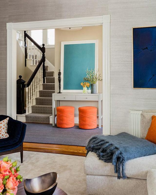 Sử dụng những gam màu rực rỡ tương phản để trang trí không gian sống gia đình mang đến nét đẹp vô cùng cá tính, độc đáo.