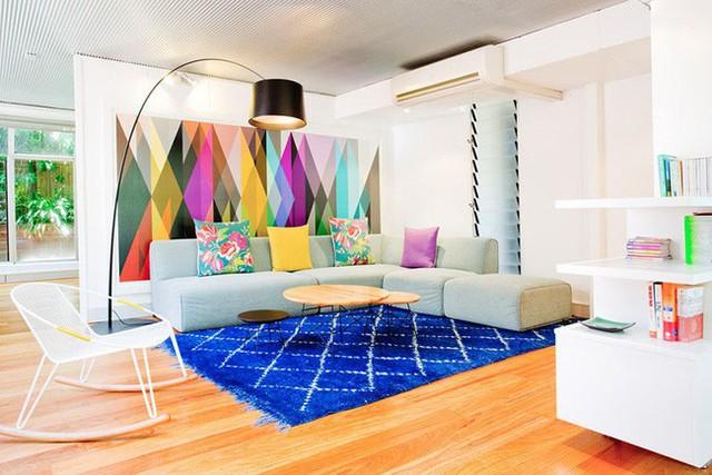 Chỉ một mảng tường nhỏ được phối hợp màu sắc đa dạng thôi cũng đủ làm tiêu điểm của cả căn phòng khách gia đình rồi.