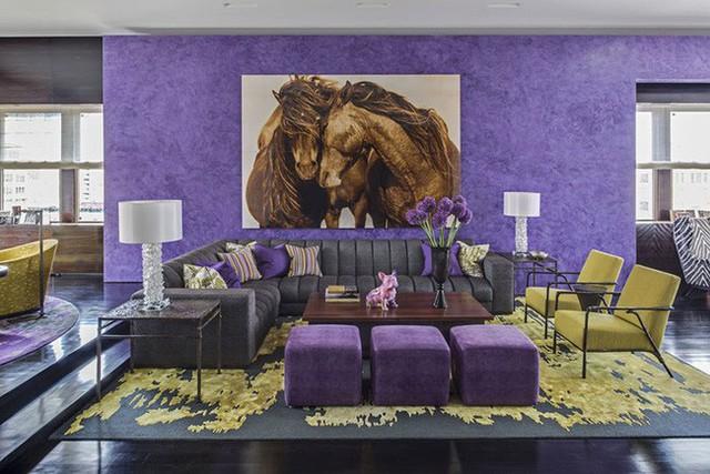 Bạn có dám thử sức với một căn phòng trang trí theo tông màu tím – vàng tương phản như thế này không?