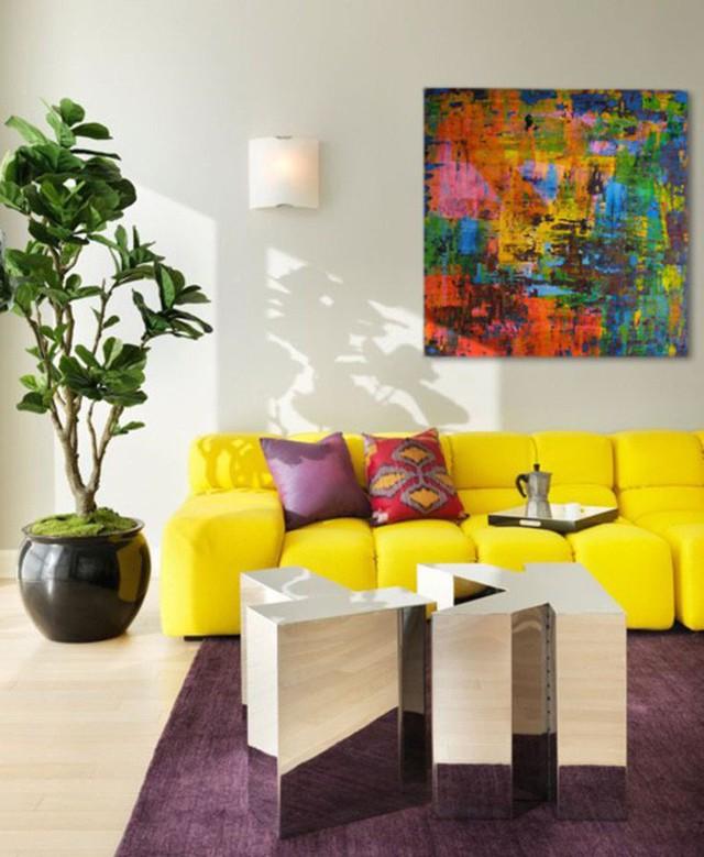Một bộ ghế sofa vàng rực rỡ kết hợp với thảm trải sàn nhà màu tím thực sự đem đến hỏi thử nghệ thuật bên trong căn phòng khách của gia đình.
