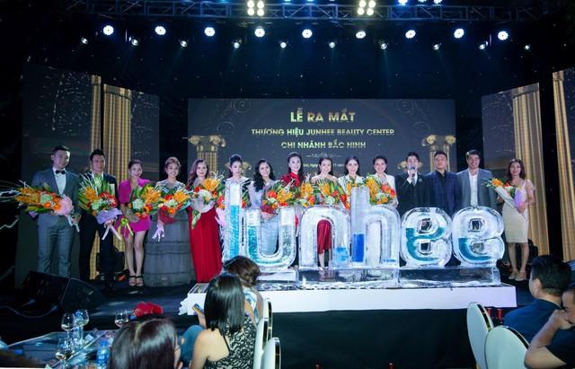 Các nghệ sĩ như ca sĩ Tuấn Hưng, Duy Khoa, Diễn viên Việt Anh, Đào Hoàng Yến, Mc Vân Hugo, Thái Dũng…đều lên sân khấu chúc mừng thành công của thương hiệu làm đẹp