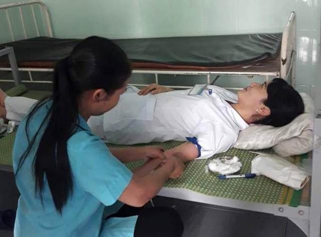 Nhân viên Trung tâm y tế huyện Kim Thành hiến máu cứu sản phụ khiến nhiều người cảm động. Ảnh: Nguyễn Thị Tuyến