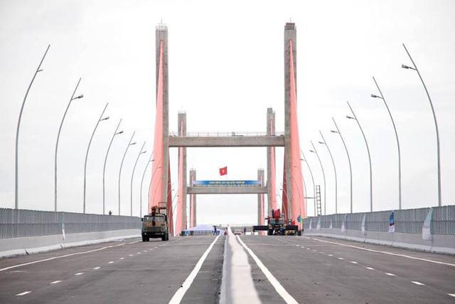 Sau khi khánh thành và đưa vào sử dụng, mặt đường trên cây cầu có hiện tượng lún võng không bằng phẳng. Ảnh: K.M