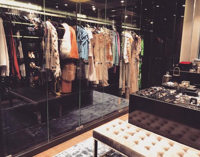 Ngoài những khu vực như phòng khách, nhà bếp, sân chơi... thì không gian được chú ý nhất chính là walk-in closet (phòng chứa quần áo) của Huyền Baby.