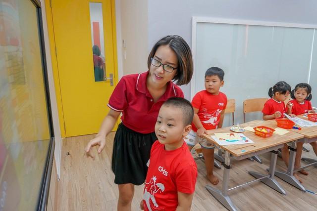 Giúp trẻ khám phá và thỏa mãn trí tò mò là một trong những cách nhanh nhất để trẻ phát triển tư duy.