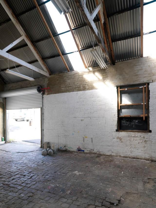 Sàn cũ kỹ, tường chưa được trát vữa, quét sơn.