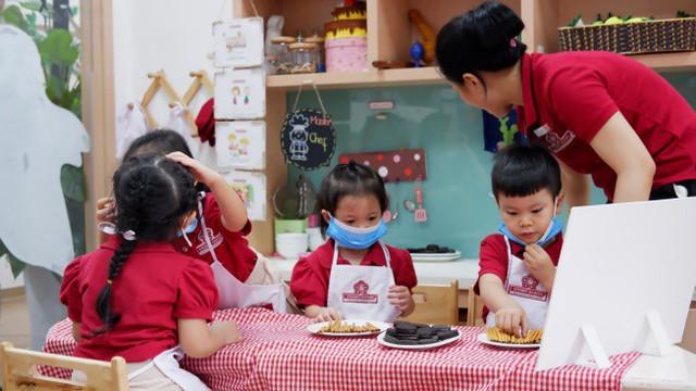 Trẻ được tự tay trải nghiệm thực tế trong quá trình học tập bằng phương pháp dạy học dự án.