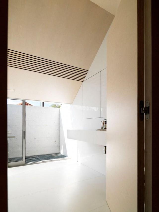 Để ngăn cách khoảng chức năng nghỉ ngơi với các khu vực khác, ngôi nhà được sử dụng tường thạch cao để tạo không gian phòng ngủ. Giường ngủ được bố trí gọn gàng, không sử dụng thêm những nội thất hay đồ dùng trang trí khiến căn phòng thêm rườm rà và chật chội.