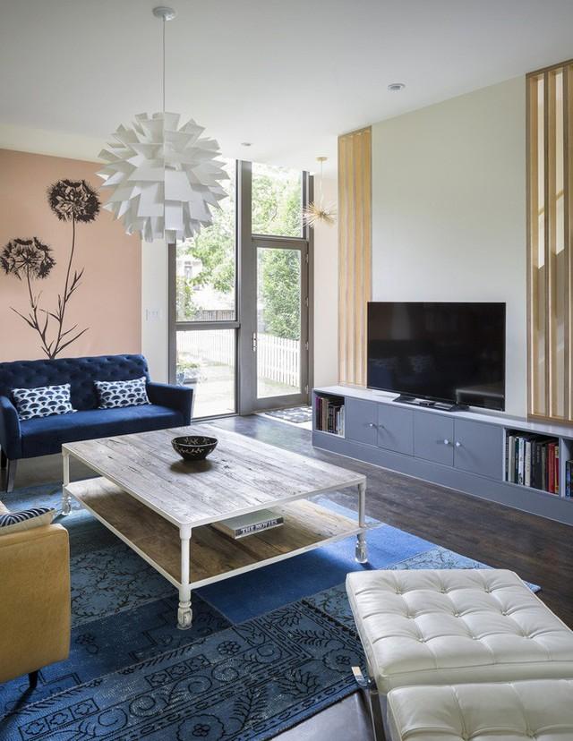 Phòng khách phong cách chiết trung với sự kết hợp ấn tượng từ màu xanh biển và cam đất.